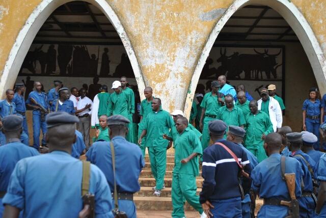 Les présumés putschistes sortent de la Cour d'appel de Gitega après le prononcé du jugement