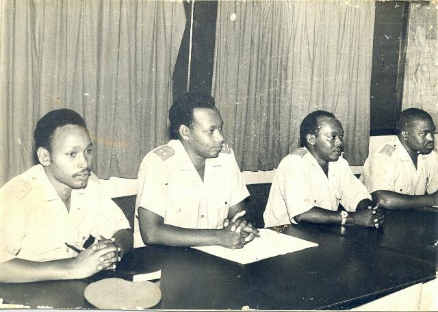 Le jeune président entouré de hauts gradés de son armée