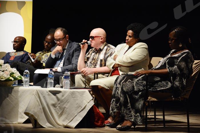 Kassim Kazungu, troisième à droite : « Tôt ou tard, nous serons traités comme des humains.»