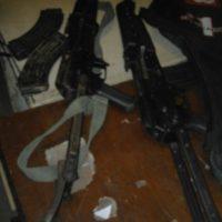 Des armes saisies.