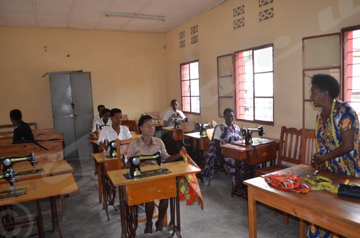 les élèves du CEM Musaga suivent les cours de la couture