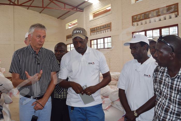 La délégation visitant le hangar de l'association Twuzuze Ibigega situé Kaburantwa.
