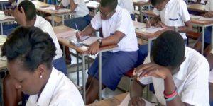 Des élèves concentrés sur leur examen.