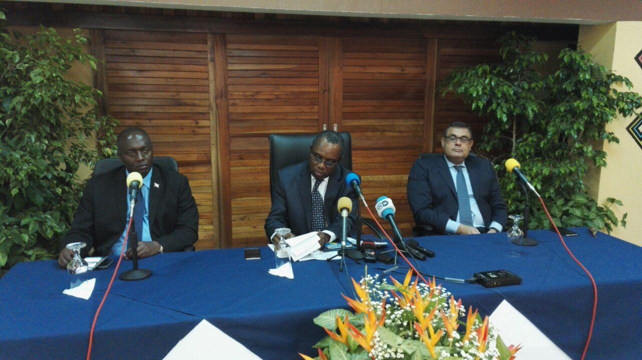 L'ambassadeur Lazare Makayat Safouesse, chef de la délégation du CPS de l'UA (au milieu) lors d'une conférence de presse
