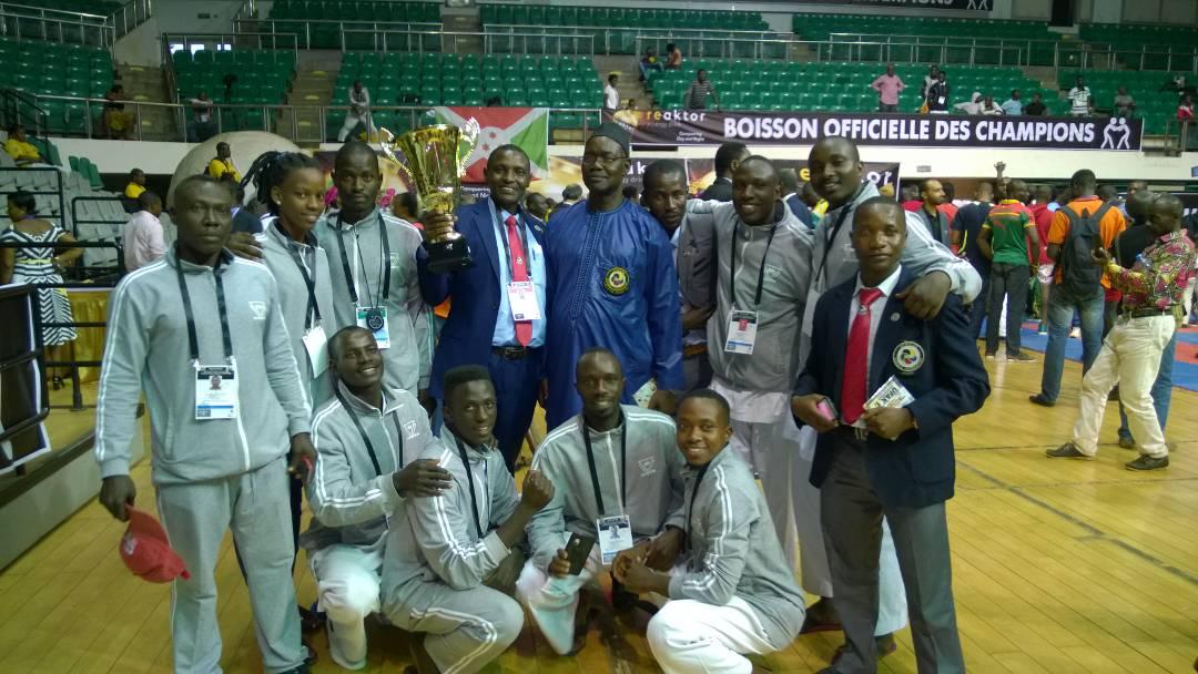 La délégation burundaise après avoir reçu la coupe de Fair-play.