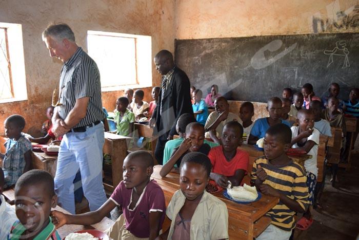 L'ambassadeur Oppewal Jorke en visite dans une classe de l'Ecofo Buganda où un repas est offert chaque midi aux écoliers.