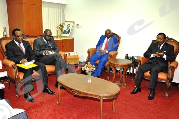 Alors administrateur du groupe Afrique de la BAD, Léonard Sentore(2ème à droite) est reçu par le ministre camerounais des Travaux Publics le 24 novembre 2015 à Yaoundé.