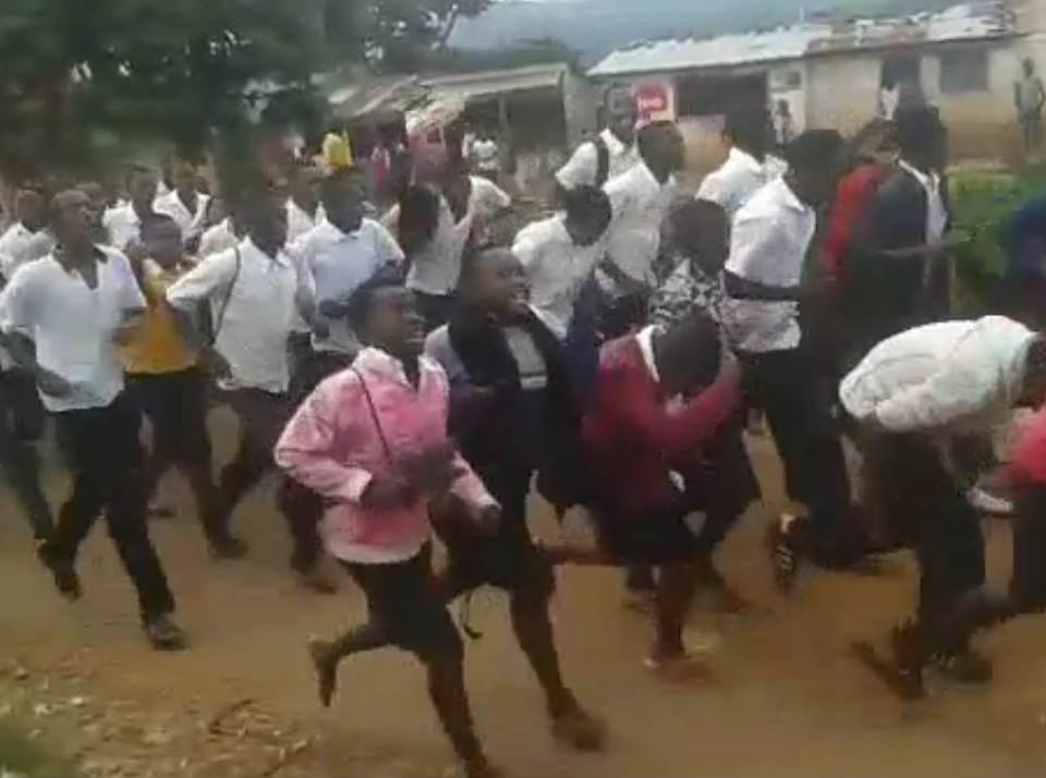Une manifestation improvisée des élèves pour réclamer la libération de leurs camarades