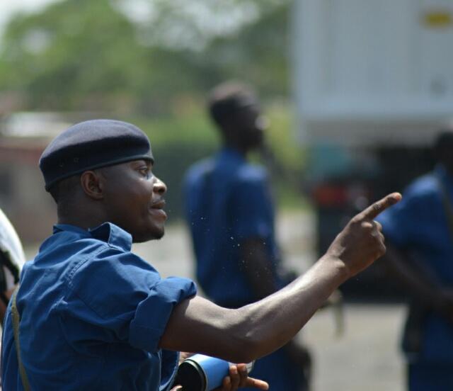 Un policier s'apprêtant à  disperser des manifestants