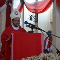 Mgr Sitembele Anton Sipuka, évêque d'Umtata en Afrique du sud, adressant un message au peuple burundais pendant la messe.