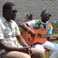 Bosco à la guitare avec son ami Vichou