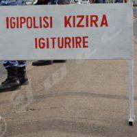 Pancarte avec l'inscription « police anti-corruption » sur une barrière