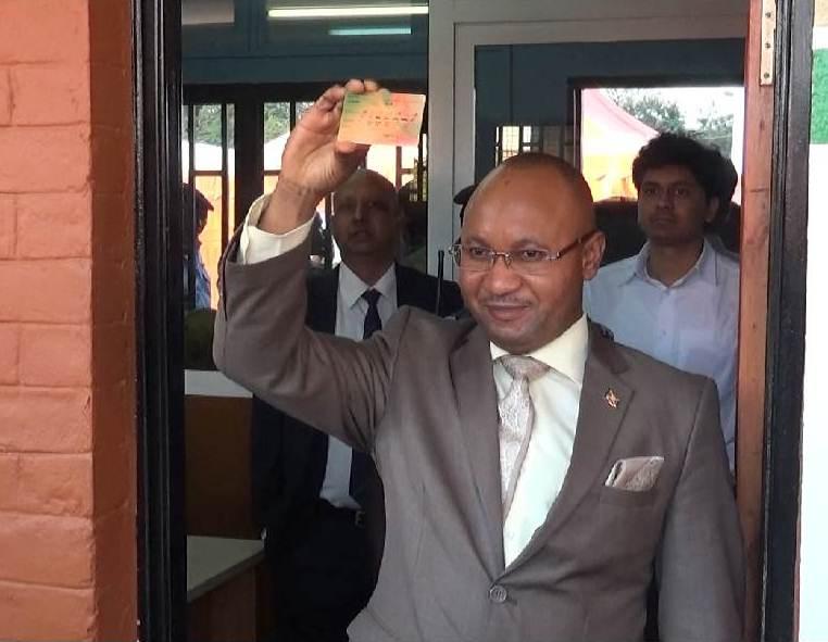 Le ministre Bunyoni exhibant son permis de conduire biométrique