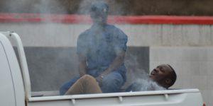 Un jeune homme menotté enfummé au gaz lacrymogène
