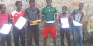 Les 6 mineurs brandissent le mandat d'élargissement quelques minutes avant leur libération