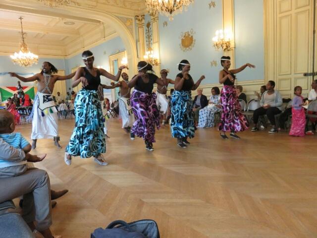 Des danseurs et danseuses du Rwanda partagent la joie des Burundais.