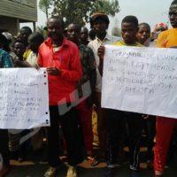 Les quelques manifestants avec des pancartes protestant contre l'envoi de la force policière onusienne au terminus de Kamenge