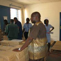 Joel Gashaka, directeur du BEPEPF après la réception de ces livres pour enseignants