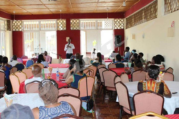 Une conférence des couples mariés, animée par Bény, où la plupart des participants sont des femmes.