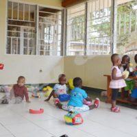 Des poupées éparpillées, des enfants dans tous les coins… l'ambiance dans une crèche.