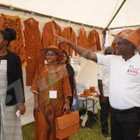Lundi,  septembre  - Gaston Sindimwo, premier vice-président du Burundi visite un stand des habits, des chapeaux, des cartables et d'autres produits en écorce de ficus. Il vient de procéder à l'ouverture d'une foire organisé par l'ambassade du Kenya au Burundi au terrain tempête ©D.Uwimana/Iwacu