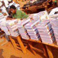 Les commerçants du matériel scolaire attendent vainement les clients, au marché de Rugombo.