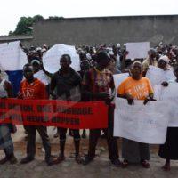 Mardi, 27 septembre 2016 - A peu près 250 personnes manifestent devant l'office du haut commissaire aux droit de l'Homme de l'Onu au Burundi. Ils veulent que le rapport d'enquête des sur les droits de l'Homme au Burundi soit annulé. ©O.N/Iwacu