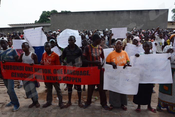 Mardi, 27 septembre 2016 - A peu près 250 personnes manifestent devant l'office du haut commissaire aux droits de l'Homme de l'Onu au Burundi. Ils veulent que le rapport d'enquête des sur les droits de l'Homme au Burundi soit annulé. ©O.N/Iwacu