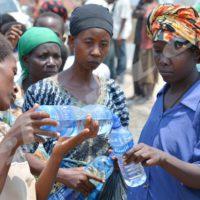 """Jeudi, 22 septembre 2016 - Distribution d'eau à certains """"Tutsi"""" qui ont manifesté contre le rapport des Nations-Unies faisant étant d'un risque de génocide au Burundi"""