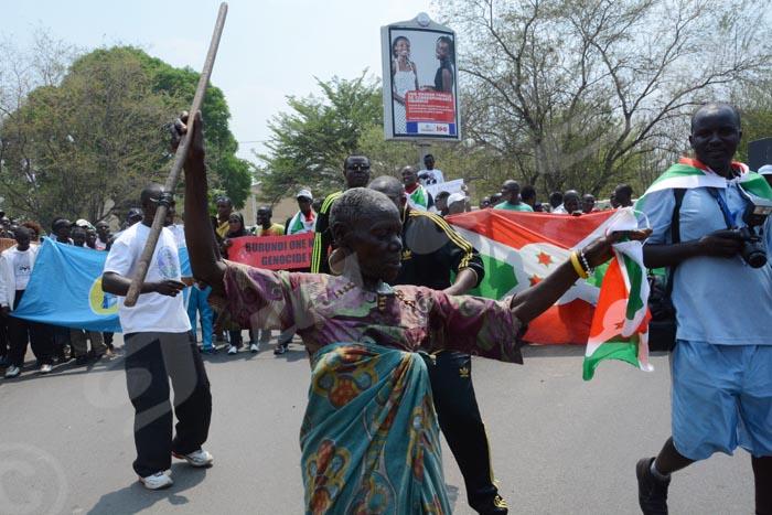Dimanche 25 septembre 2016 - Une vieille Mutwa danse devant des manifestants qui s'insurgent contre le rapport de l'ONU faisant état d'un risque de génocide au Burundi. C'était ce samedi 24 septembre 2016 ©O.N/Iwacu