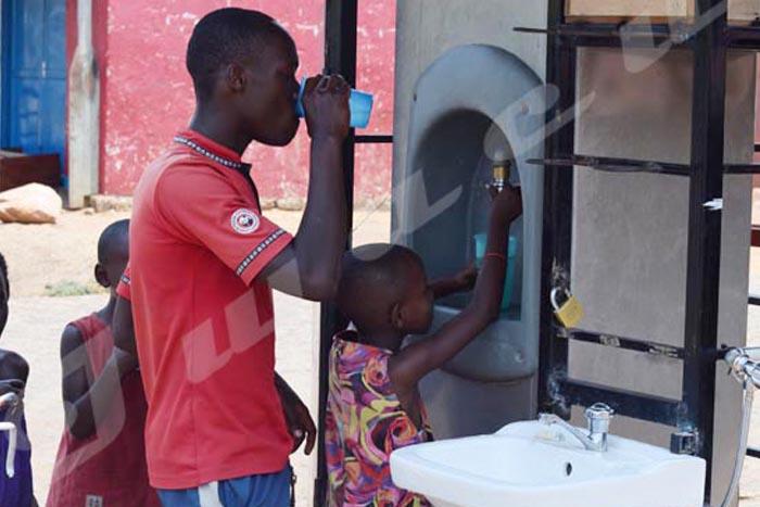 A l'avenue de l'Université, tout passant peut boire de l'eau fraîche, gratuitement.