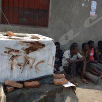 Mardi, le 18 octobre 2016 - Malmenés par des imbonerakure, ces membres du FNL pro-Rwasa sont accusés de vandaliser un monument du Cndd-Fdd  en construction à Buterere ©O.N/Iwacu
