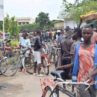 Des milliers de conducteurs de taxis-vélos cherchent le gilet obligatoire devant leur association.