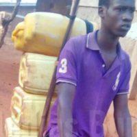 Un jeune homme à la recherche de l'eau potable