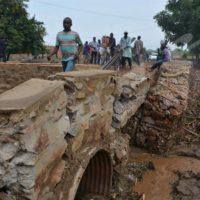 Lundi, 10 octobre 2016 - Le pont de secours sur la rivière Muha près de l'avenue du Large est cassé. La réparation a vite repris, dans l'espoir de finir la construction ce lundi 10 octobre même selon un cadre de l'entreprise ©O.N/Iwacu