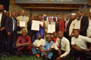 Le patron de l'hôtel club du lac Tanganyika entouré du personnel et des invités après la remise des certificats.