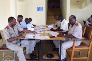 « Lundi, 21 novembre 2016 – Certains officiers et professeurs corrigent le test écrit des candidats à l'institut supérieur des cadres militaires ( ISCAM)