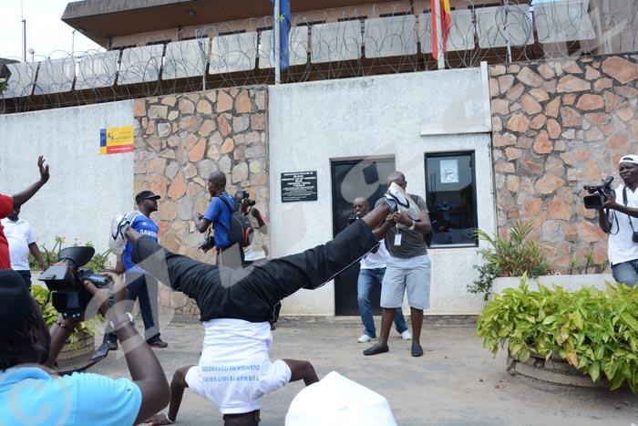 """Dimanche, 27 novembre 2016 - Devant l'ambassade de Belgique au Burundi, cet homme fait le geste dit """"guhena"""" en kirundi, en signe de malédiction aux Belges. C'était le samedi 26 novembre lors des manifestations contre les enquêteurs de l'ONU et contre la Belgique"""