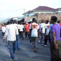 Mardi, 8 novembre 2016 - Environ 100 personnes membres de la société civile et des imbonerakure ont fait une marche manifestation de Jabe à Nyakabiga, en mémoire de Léonidas Misago, brûlé vif à Nyakabiga ©O.N/Iwacu