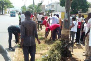 Les membres d'Inkingi z'Ubumwe, Amahoro n'Iterambere contribuant à la propreté de la mairie de Bujumbura