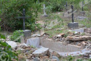 Quelques-unes des tombes dégradées à Mpanda