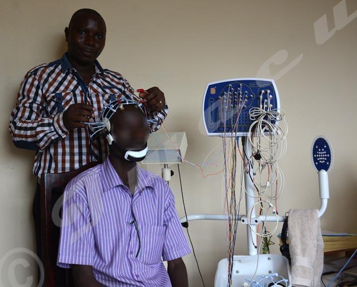 M.Nshimirimana effectuant un électroencéphalogramme sur un patient