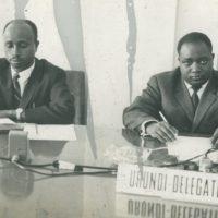 Valentin Bankumuhari (à gauche) et Pierre Ngendandumwe au siège des Nations Unies en février 1962 pour réclamer l'indépendance du Burundi.