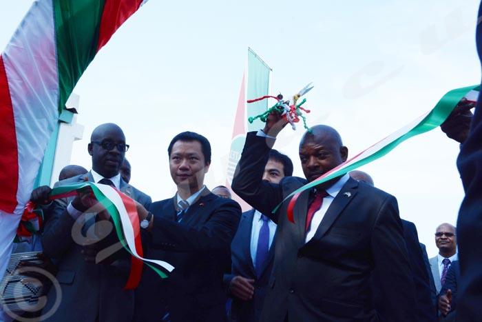 Lundi, 19 décembre 2016 - Le président Nkurunziza coupe le ruban en signe de la migration de l'analogique au numérique à la RTNB ©O.N/Iwacu