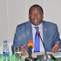 Le ministre des Finances s'adressant  aux honorables députés