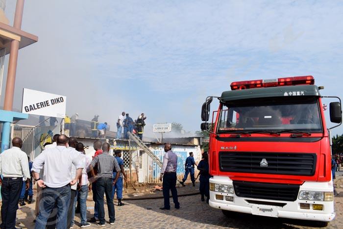 Un feu d'origine inconnue a brûlé six magasins situés à l'angle de l'avenue du marché et de celle de la croix rouge, ce matin à 7h30 minutes. La police de la protection civile est vite intervenue.