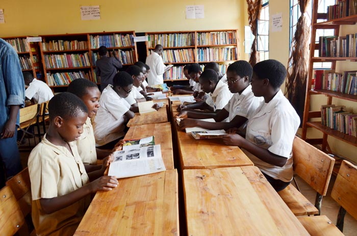 Les élevés dans la bibliothèque de nyakibingo