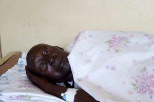 Le célèbre tambourinaire sur son lit à l'hôpital.