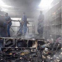 Les agents de la police dans un compartiment en cendres.