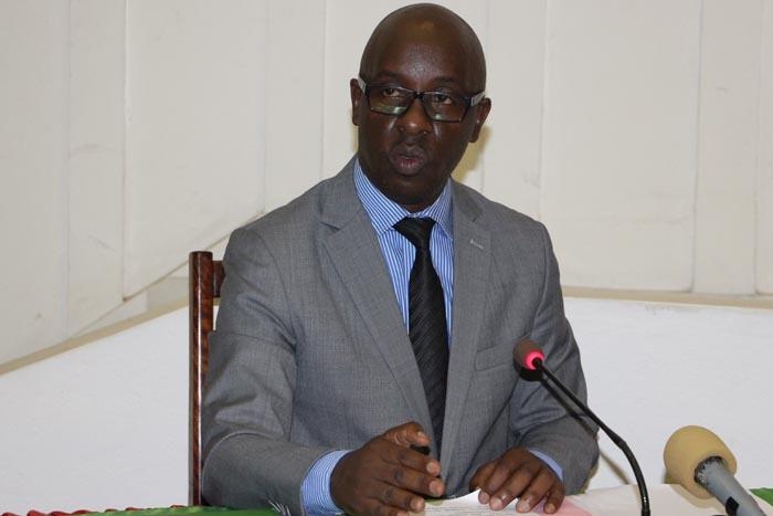 Le ministre de la Communication en train de s'adresser aux députés